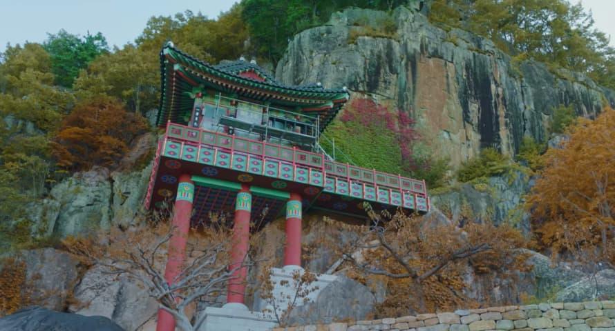 イ・リムが塗料を塗る寺